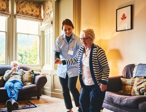 enfermeiro e cuidador de idoso